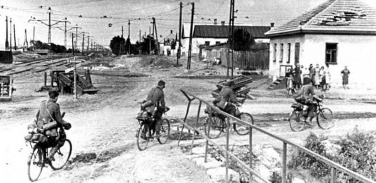 немцы на велосипедах в Луганске 1942 год