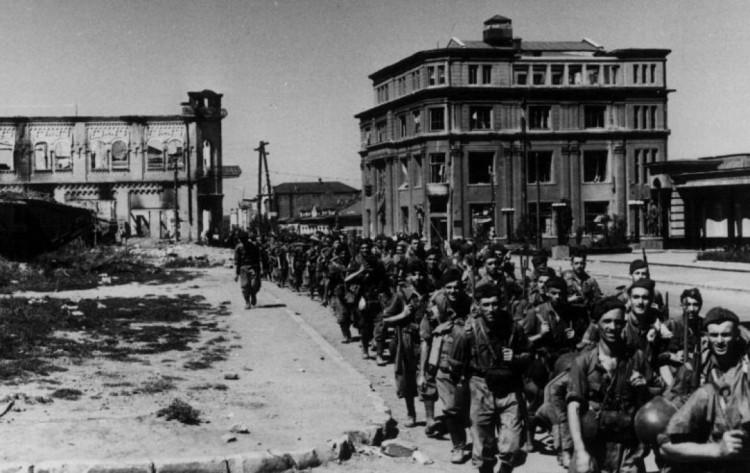 Итальянские военные в центре Луганска 1942 год