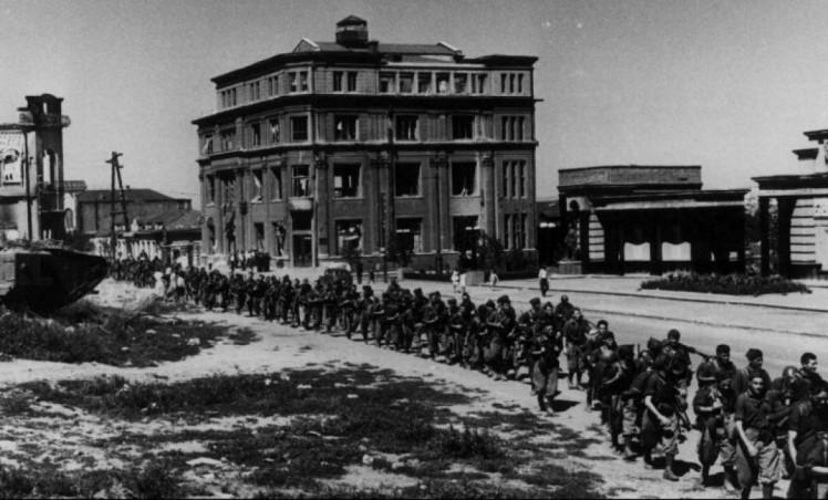 Итальянские войска в центре Луганска 1942 год