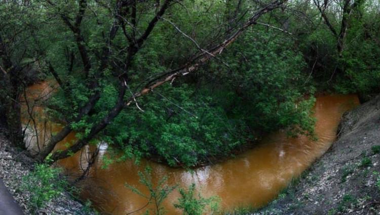 Речка Железная балка в Горловке рыжая вода